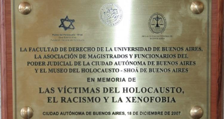 Descubrimiento de la placa en memoria a las víctimas del Holocausto