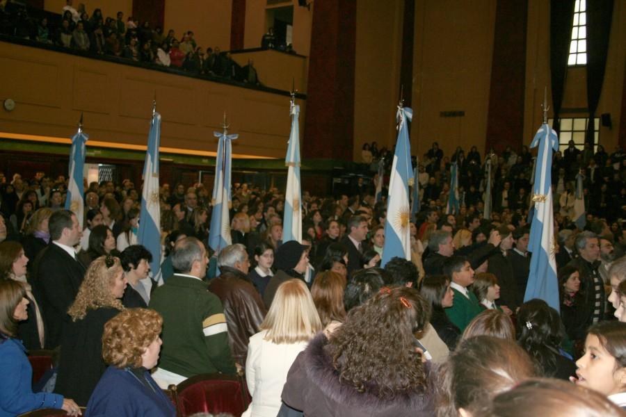 750 alumnos de escuelas públicas y privadas, laicas y practicantes de diferentes religiones prometieron lealtad a la bandera nacional en la Facultad de Derecho