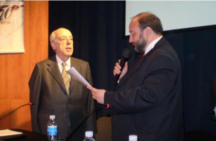 El Decano Dr. Atilio A. Alterini en el acto de entrega del diploma que lo acredita como Doctor Honoris Causa por la Universidad Nacional de Rosario