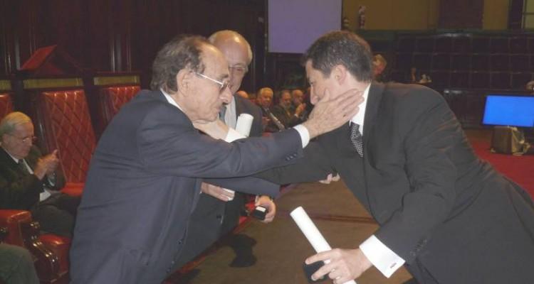 El doctor Adrián Ventura fue distinguido con los Premios Facultad año 2007 y Manuel Augusto Montes de Oca 2007