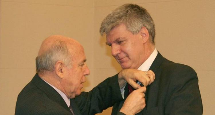 El presidente electo Dr. Francisco Brischetto recibe una menci�n por parte del presidente saliente Dr. Jorge Bonavera