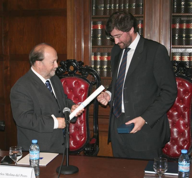El doctor Molina del Pozo recibe las felicitaciones del Secretario General de la UBA, Dr. Carlos Mas Velez y del Vicedecano Dr. Alberto J. Bueres