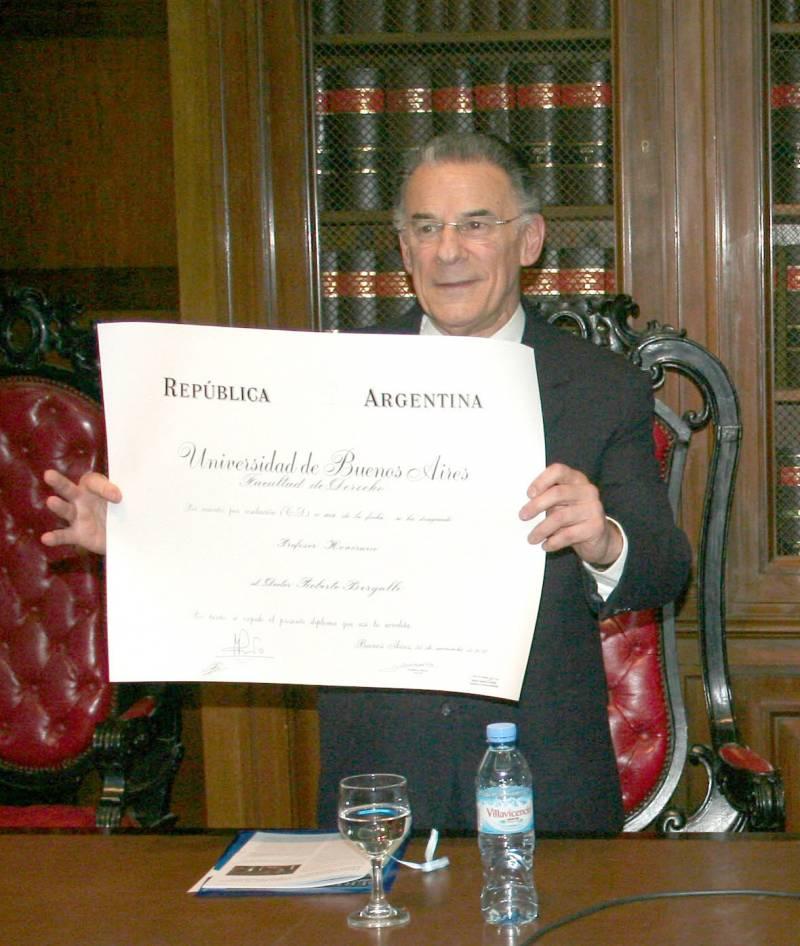 El doctor Roberto Bergalli con el diploma que lo acredita como Profesor Honorario de la Universidad de Buenos Aires