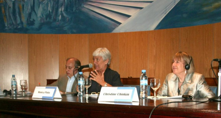 Víctor Abramovich, Mónica Pinto y Christine Chinkin
