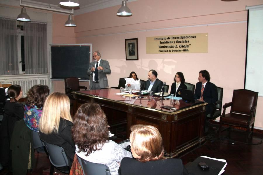 El director del seminario, profesor Marcos Córdoba, introdujo el tema y presentó a los expositores.