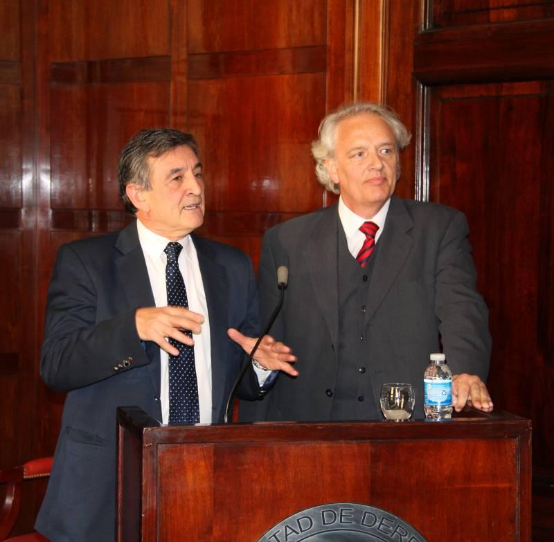 """Alejandro M. Garro y Diego P. Fernández Arroyo durante su conferencia """"La enseñanza del derecho en un contexto de globalización""""."""