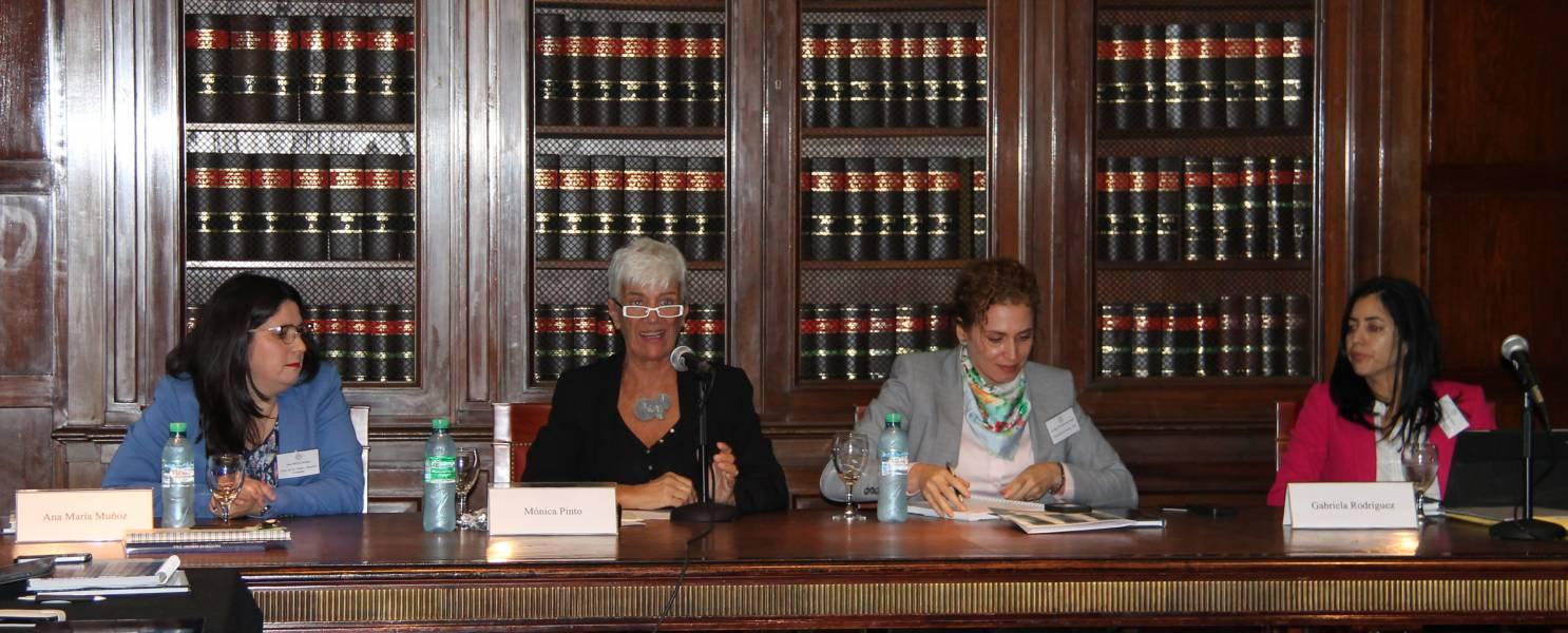La Decana Mónica Pinto presentó el encuentro y el panel sobre mujeres y Escuelas de Derecho.