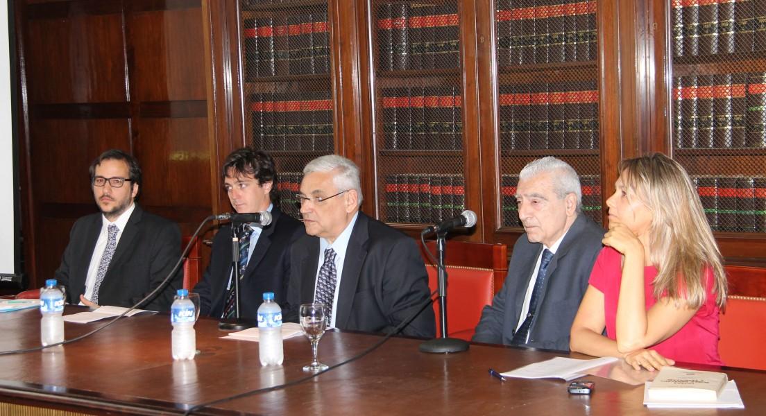 El profesor Enrique Zuleta Puceiro inauguró las jornadas y dio paso a la primera mesa.