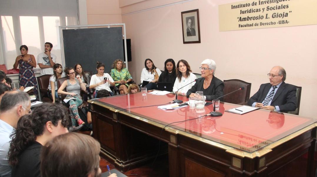 La decana Mónica Pinto durante su ponencia, junto a Laura Pautassi y Víctor Abramovich