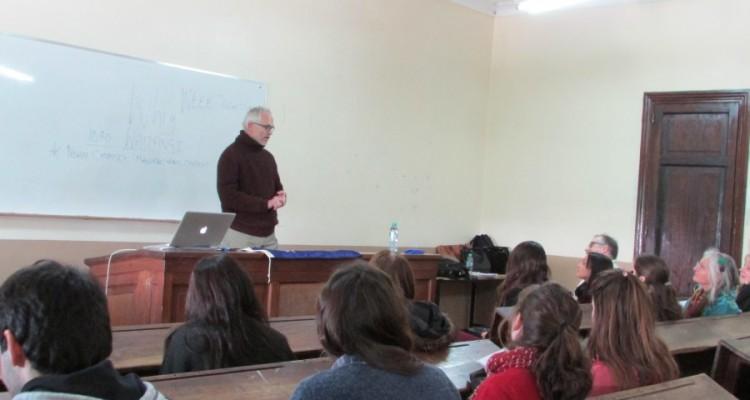 El profesor Christopher Le Breton durante su disertación en el Aula 217.