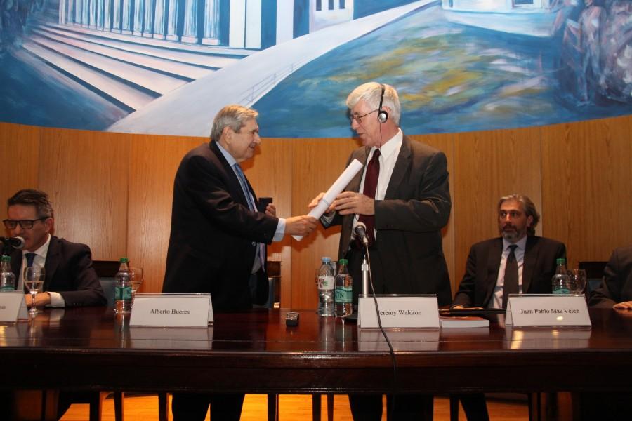 El decano Alberto J. Bueres al momento de la entrega a Jeremy Waldron del diploma que lo acredita como doctor honoris causa de la Universidad de Buenos Aires.
