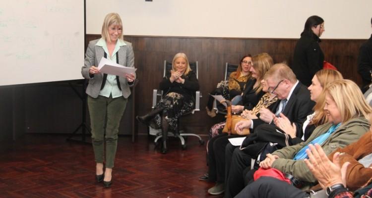 La secretaria académica de la Facultad, Silvia Nonna, al momento de la entrega de los certificados.