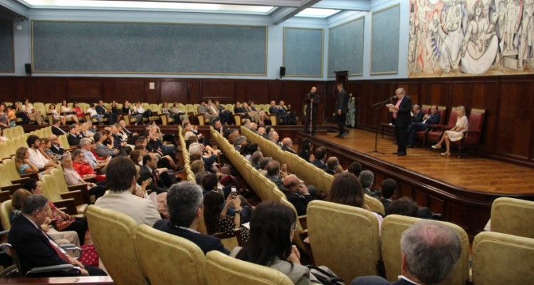 Acto de entrega de diplomas a los profesores designados en los últimos meses