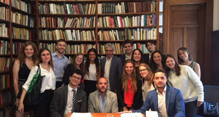 Los/as estudiantes en su visita a la Defensoría General de la CABA, en donde se encontraron con el defensor general Horacio Corti.