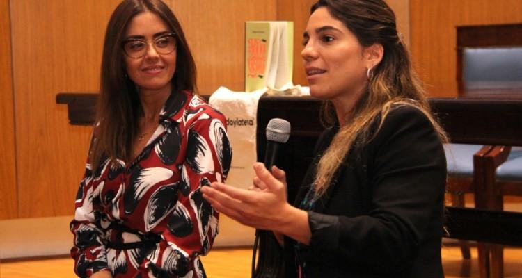 Cristina Carreras Lobo, coordinadora del Área de Igualdad de Género y Diversidad para Estudiantes, presenta a Paola de los Santos, psicóloga social y técnica universitaria en Puericultura y Crianza, quien brindó una charla introductoria sobre lactancia.