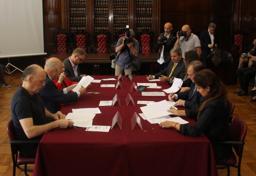 El acta fue firmada por el vicedecano Marcelo Gebhardt, María Fernanda Rodríguez, Eduardo Ezequiel Casal, Stella Maris Martínez, Gabriel M. Astarloa, Mauro Riano, Luis Cevasco, Laura Grindetti y Alejandro Amor.
