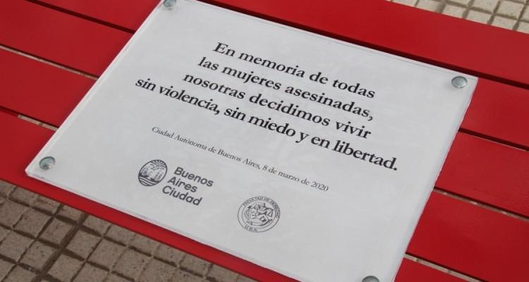 La Facultad conmemoró el Día Internacional de la Mujer con la colocación de un banco rojo al pie de las escalinatas